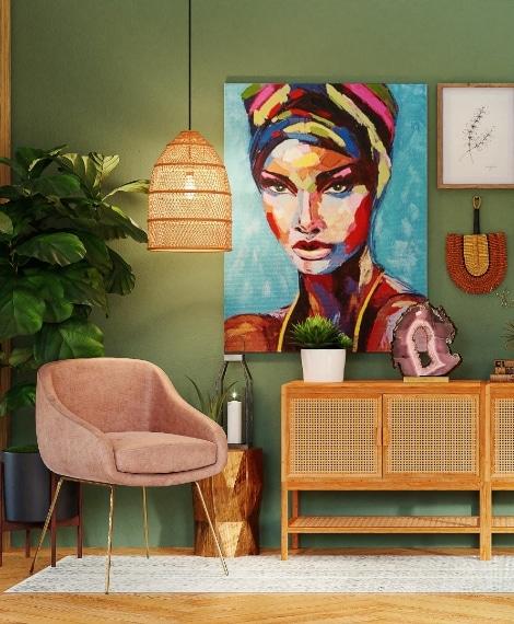 Salon avec murs verts et un tableau accroché sur le mur