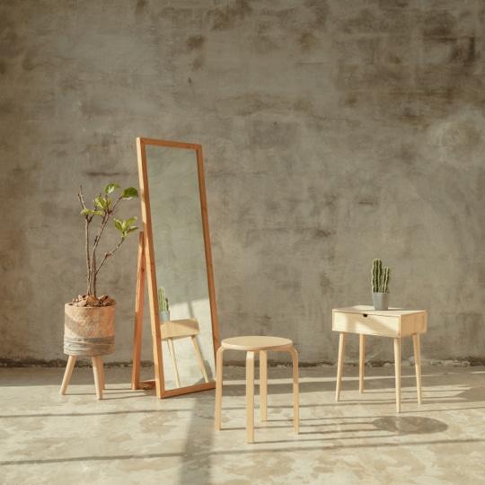 Grand miroir au milieu d'une pièce design