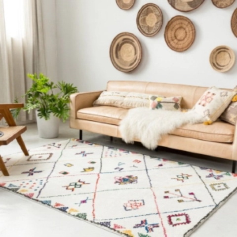 Fauteil beige dans un salon design avec un tapis blanc à motif